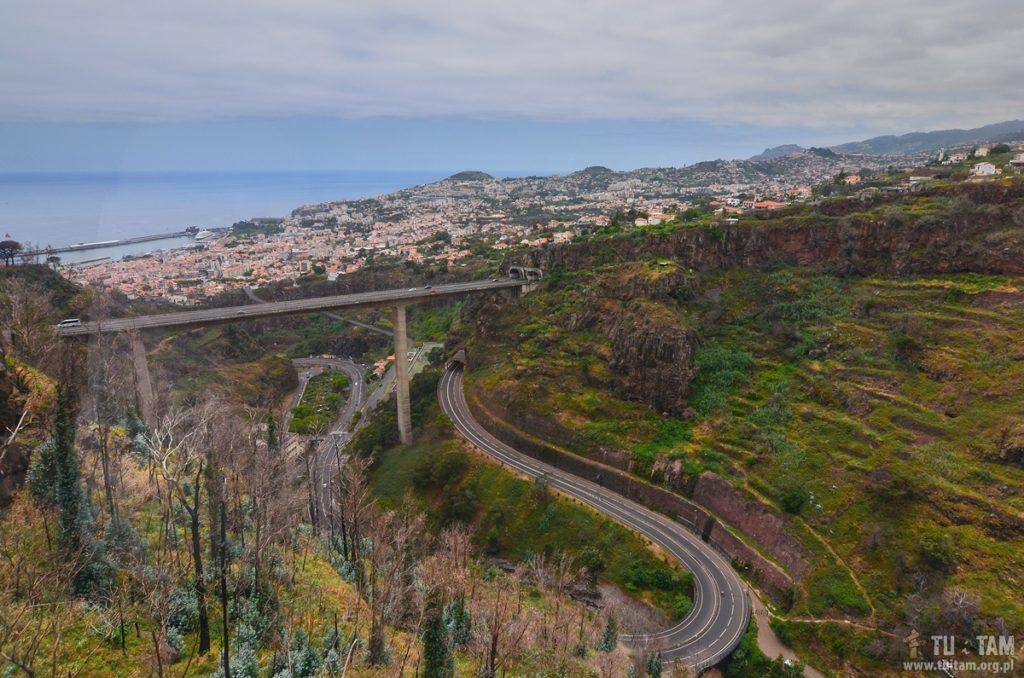 Widok z ogrodów Jardim Botânico da Madeira