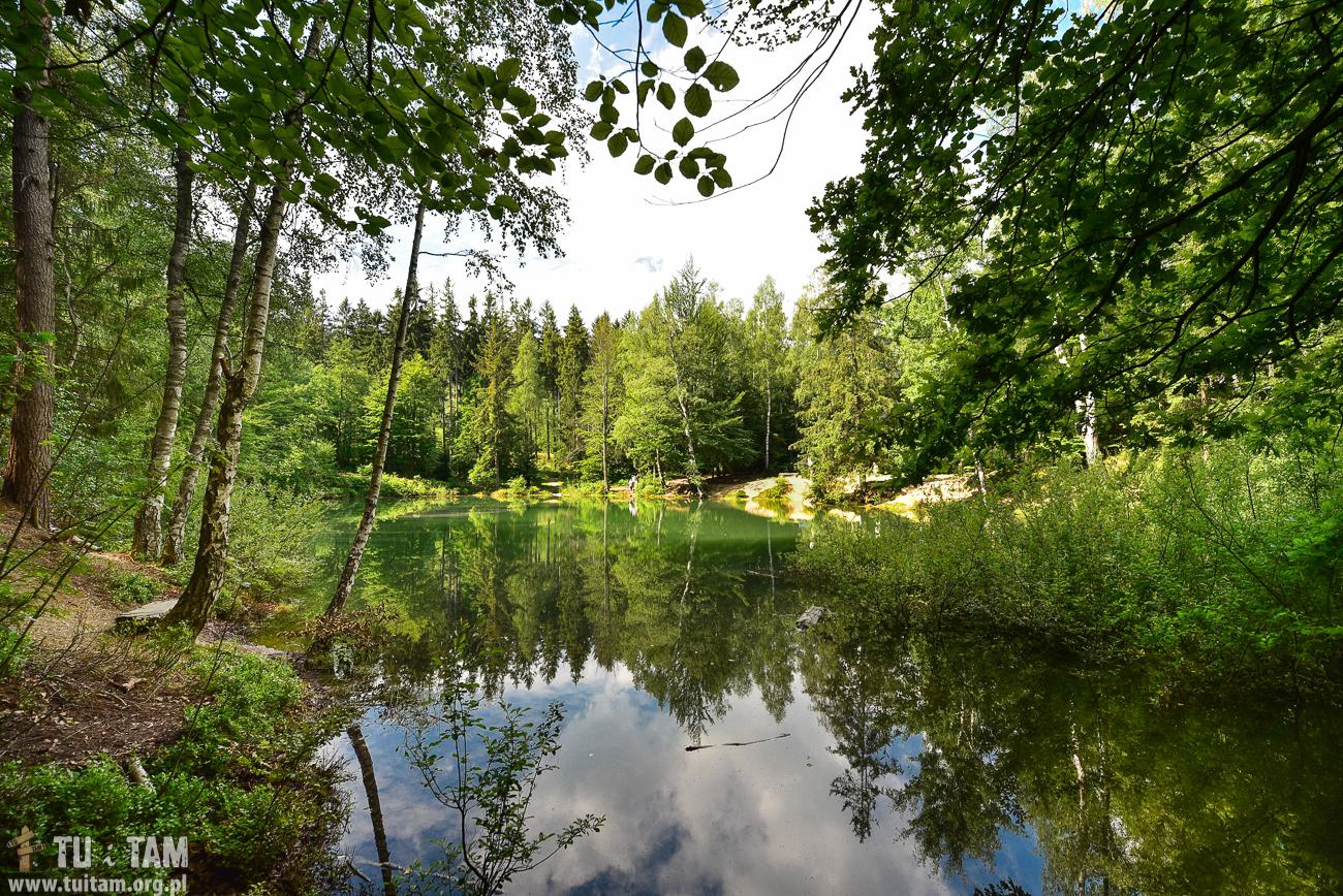 Na początku XVIII w. ówcześni mieszkańcy Rohnau (obecnie Wieściszowice) zaczęli wydobywać łupki pirytonośne, w które obfituje tutejsza gleba. Powstała tu kopalnia pirytu, który był następnie przerabiany na kwas siarkowy. Gdy na początki XX w. zniknęła kopalnia do głosu doszła natura. Woda wypełniła wyrobiska pokopalniane, tworząc zjawiskowe jeziorka.